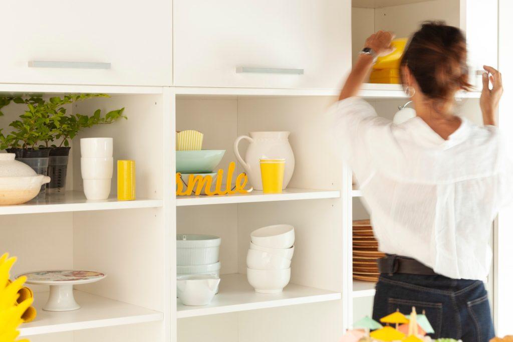 Decorar una cocina pequeña. Estanterias
