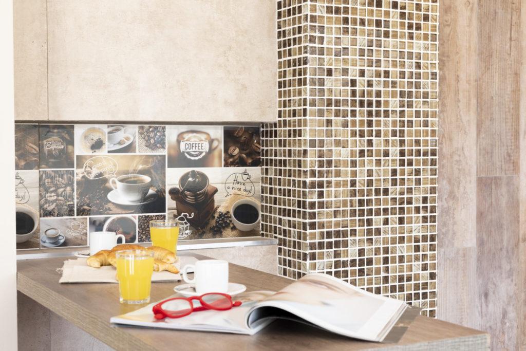 Decorar una cocina pequeña. Revestir pared con venecitas