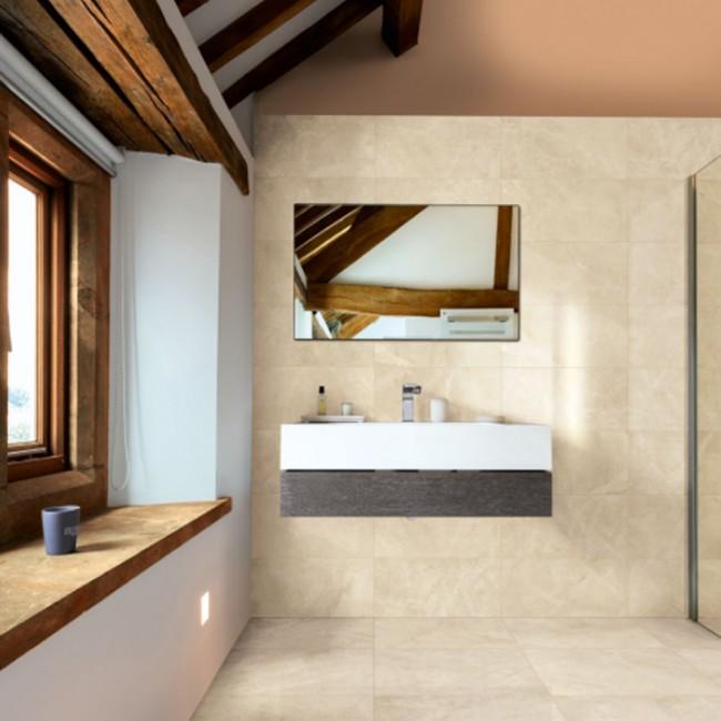 Baño espacioso iluminado por una ventana de madera. Un espejo y una bacha.