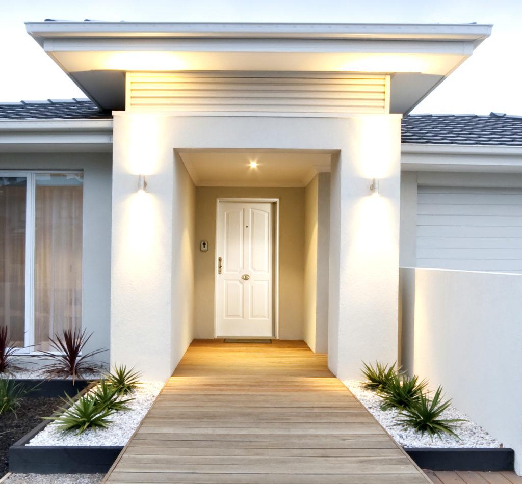 Los colores claros son una buena opción para una puerta de entrada.