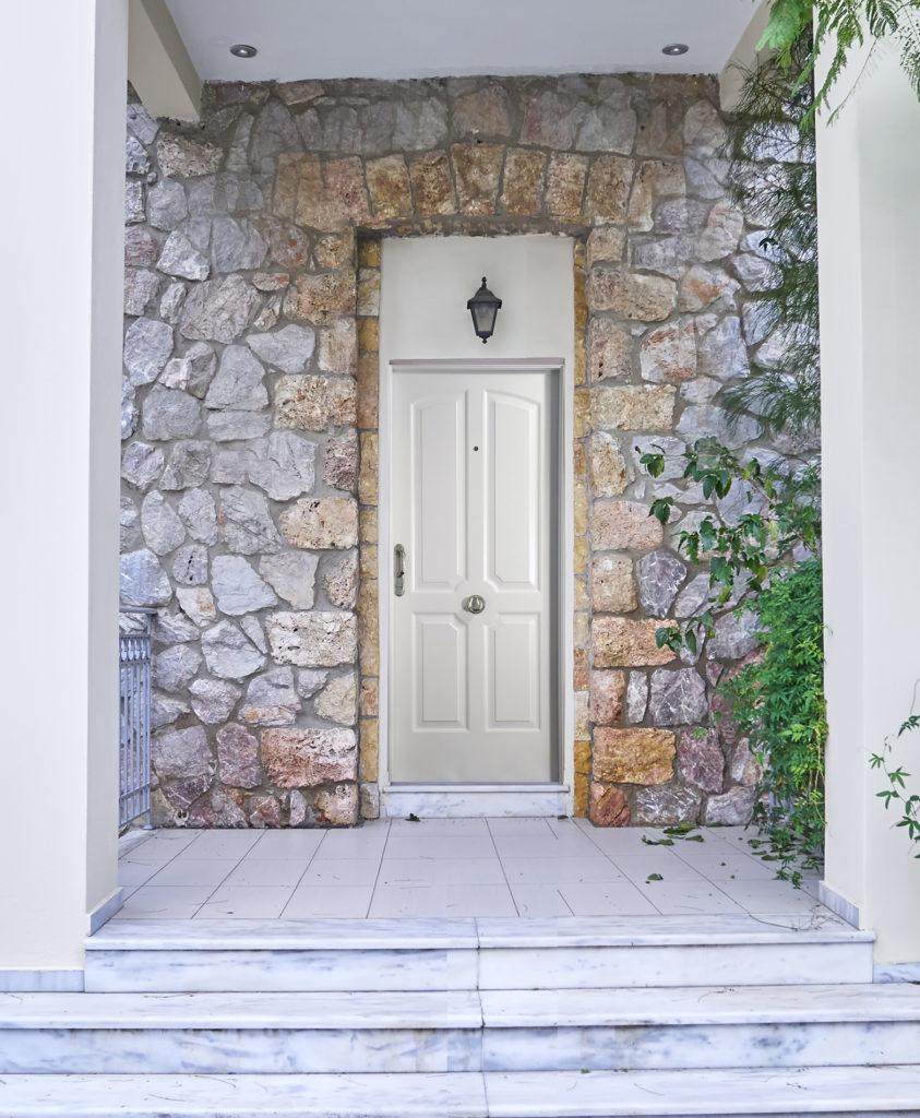 Tené en cuenta la seguridad si no sabés cómo elegir una puerta.