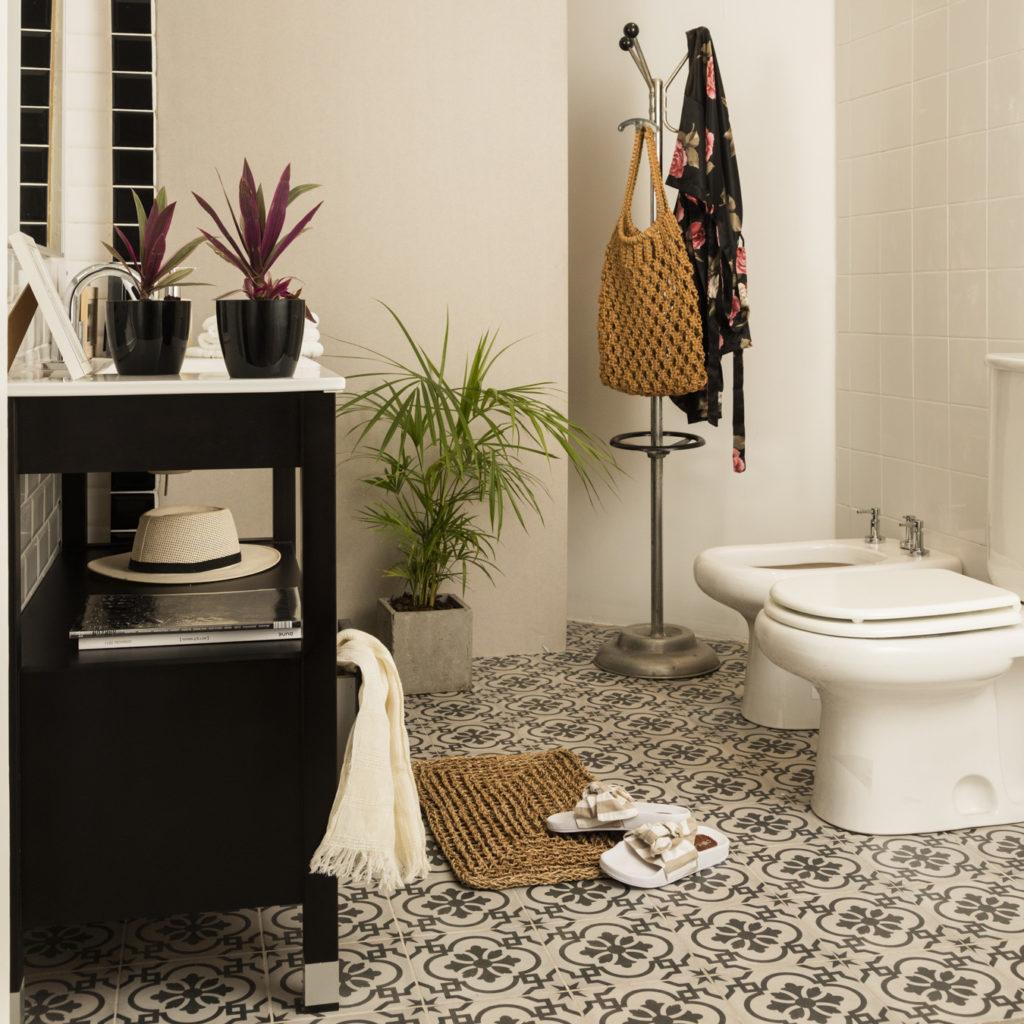 Si no sabes qué piso elegir para tu baño, los cerámicos diseñados son una gran opción.
