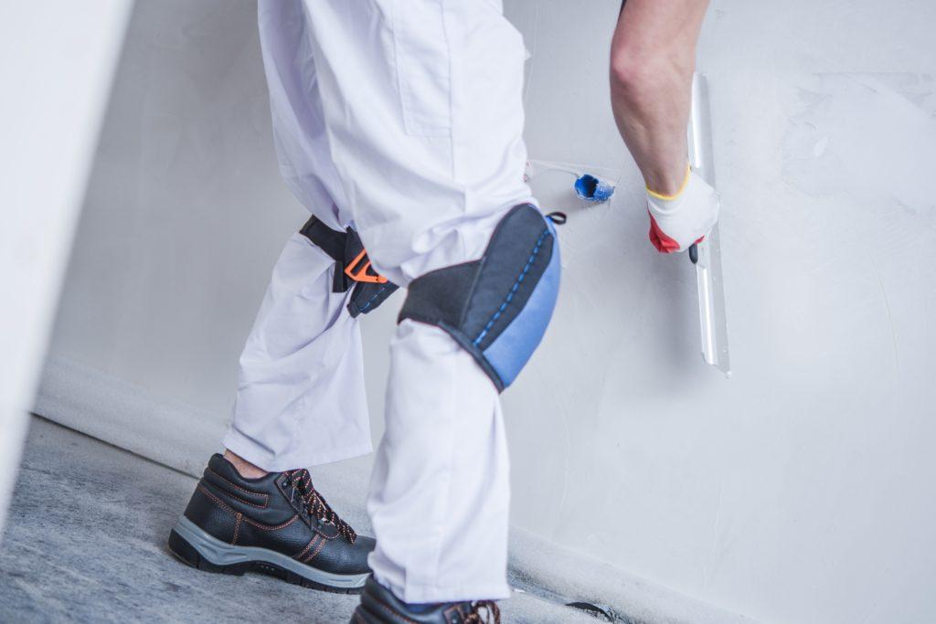 Alisá la pared antes de pintar una pared con humedad.
