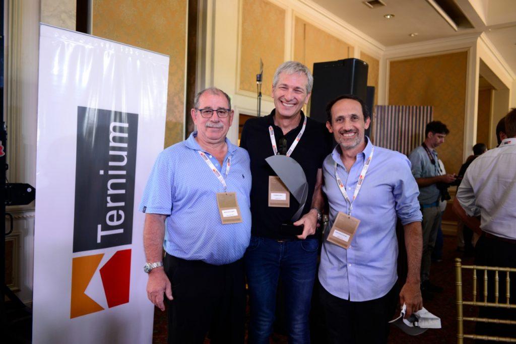 Ruben Bercovich, Andy Goldstein y Rafael Bercovich recibiendo el premio Ternium