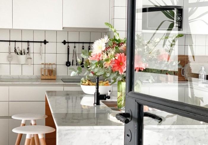 Una buena organización y luz natural es fundamental en una cocina moderna.