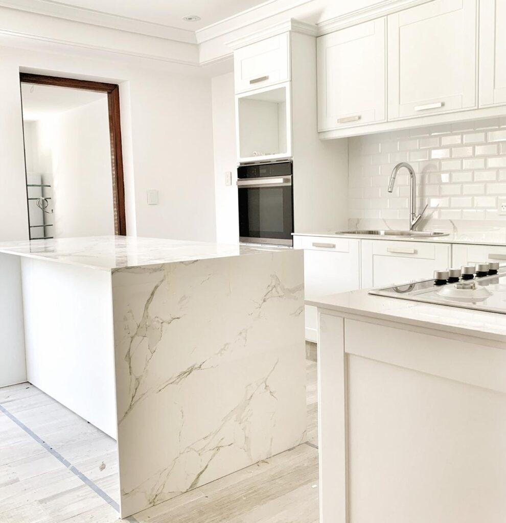 Los porcelanatos símil piedra son una opción sutil y elegante.