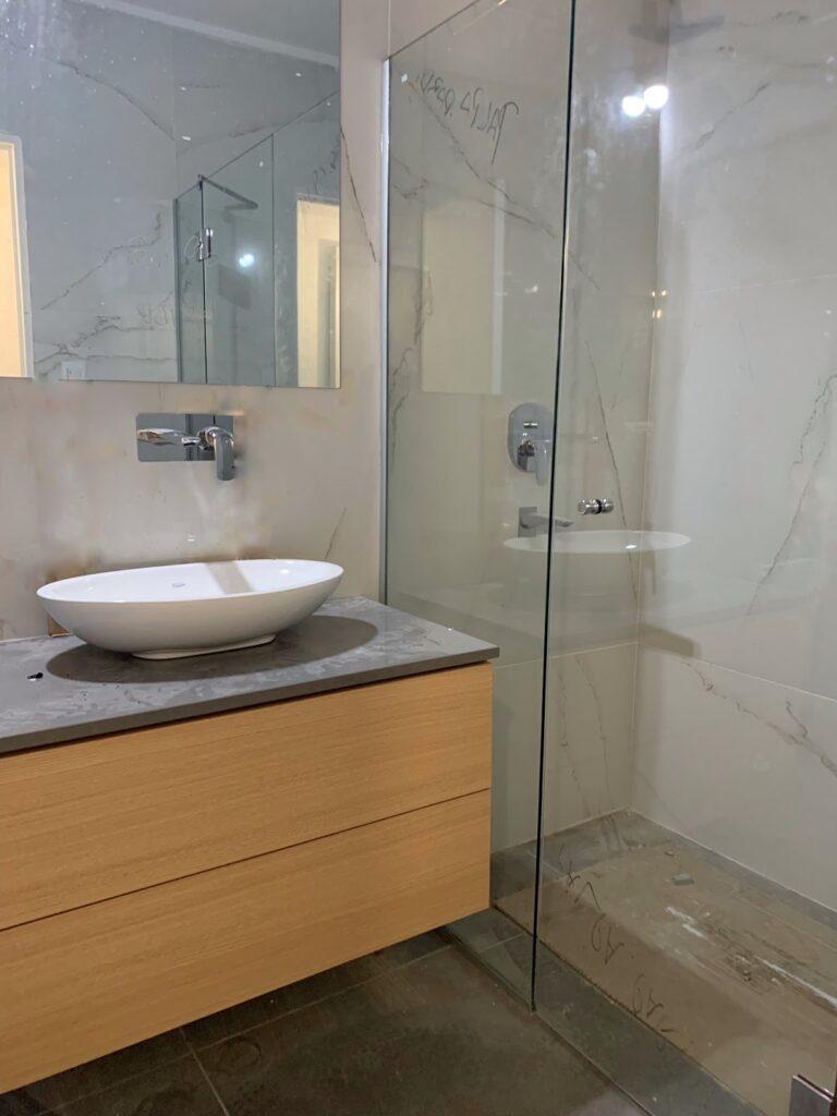 Cómo distribuir un baño 2x2: optá por las duchas.