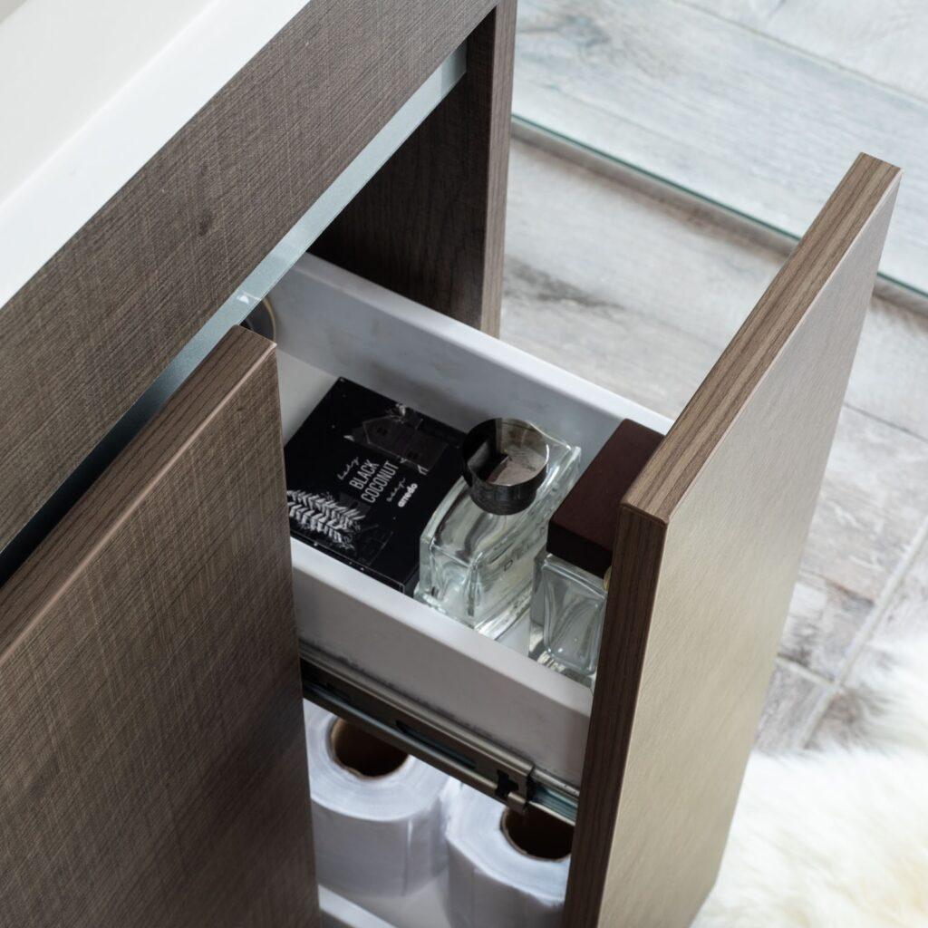 Los muebles compartimentados son geniales para ganar espacio en el baño.