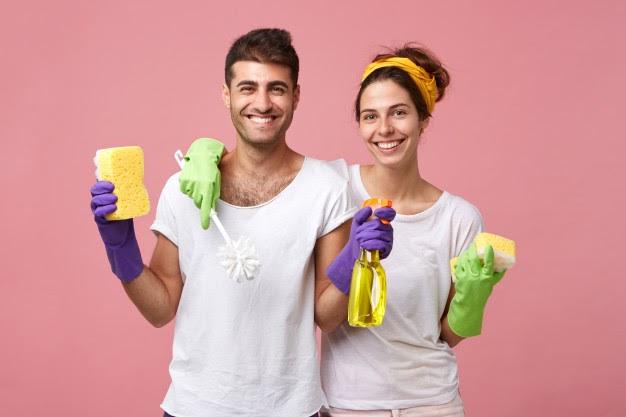 Usá elementos de protección para limpiar tu baño.