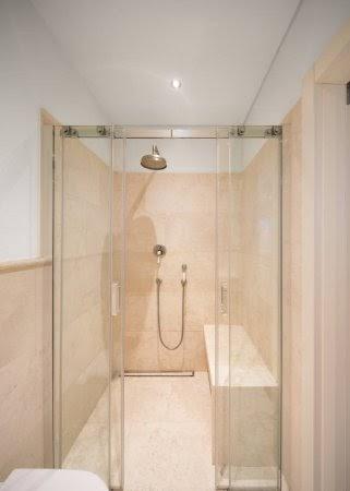 Los bancos de material quedan genial en las duchas integradas.