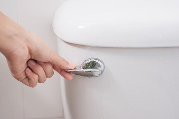 Cómo arreglar la mochila del baño en simples pasos.