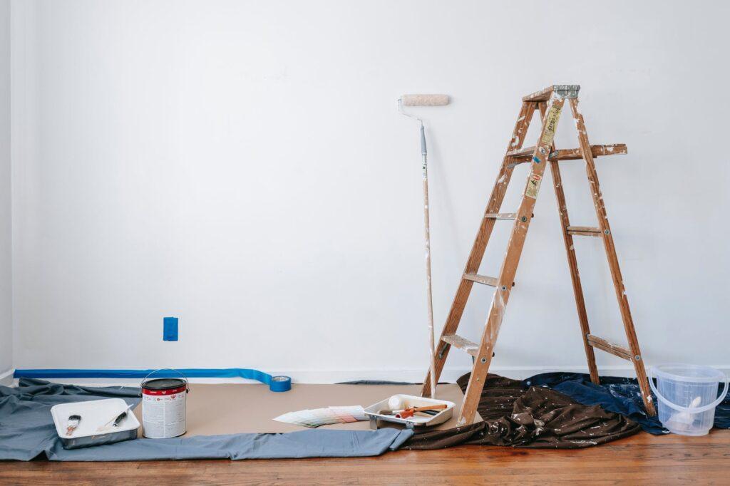 Cómo pintar una pared con escalera y rodillo y cintha adhesiva