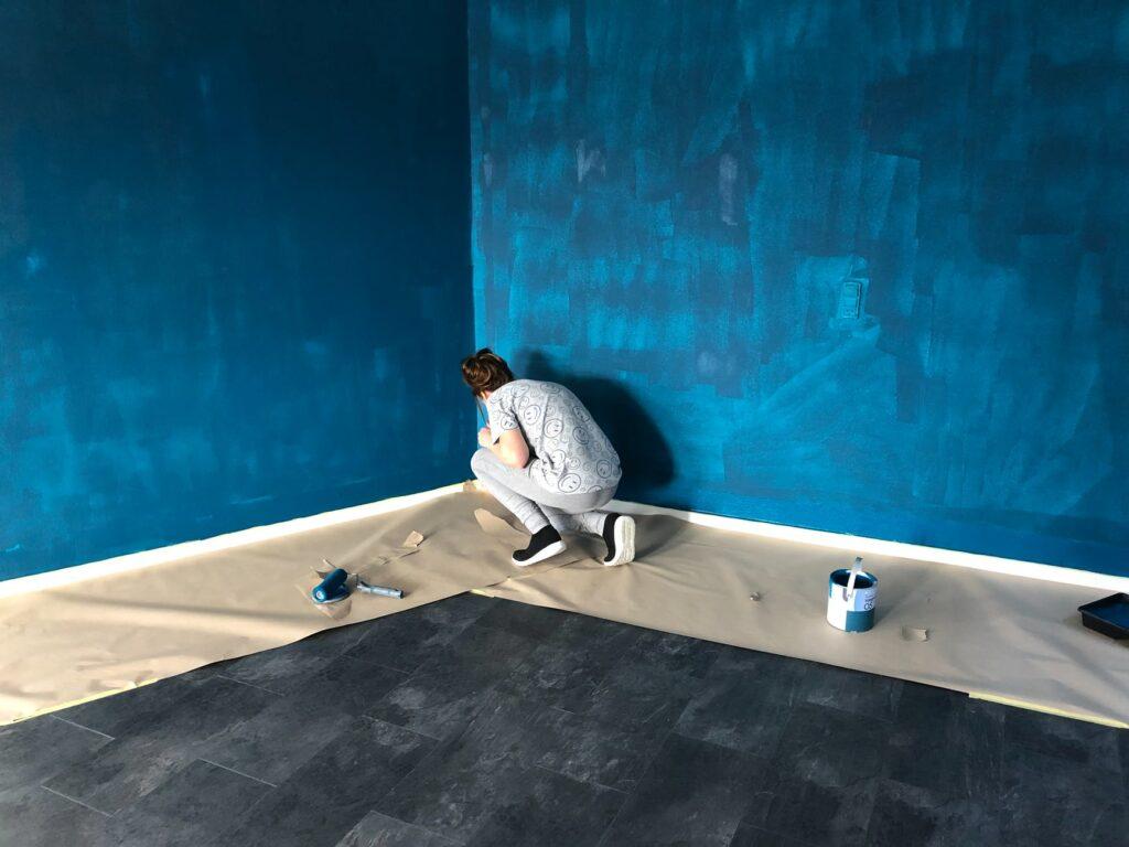 Cómo pintar una pared cubriendo el piso con diarios y papeles