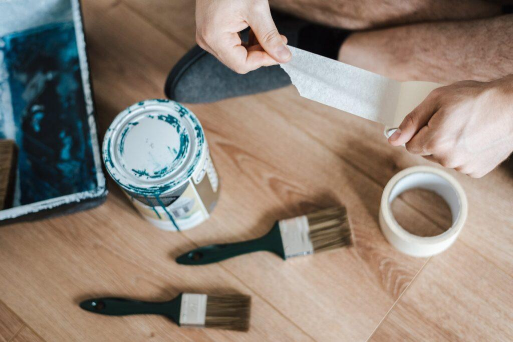 Cómo pintar una pared cubriendo los bordes con cinta adhesiva