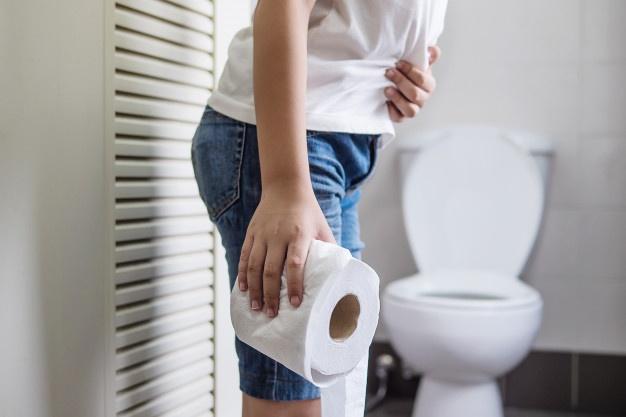 Las mujeres aguantan más que los hombres las ganas de ir al baño. ¿Por qué algunas personas no pueden ir a un baño ajeno?